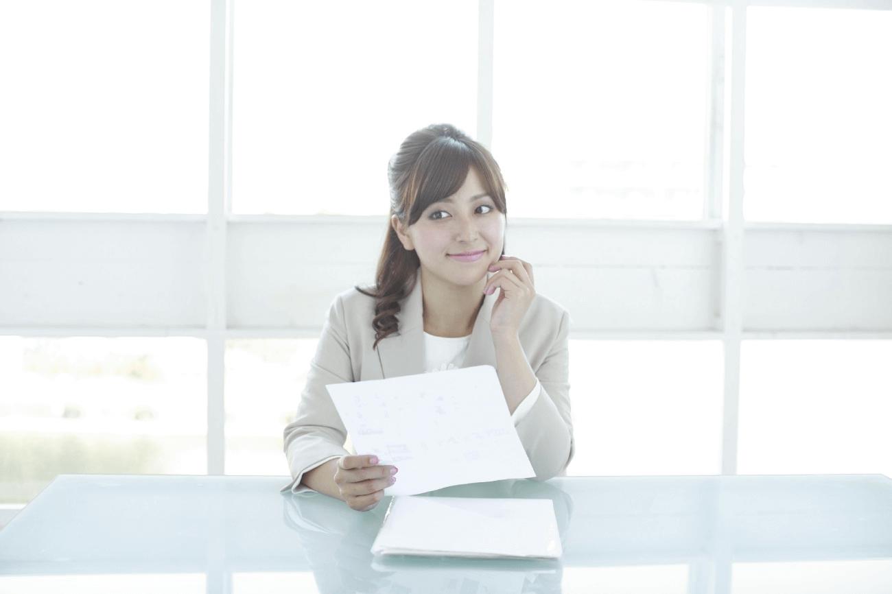 書類を持つ女性写真